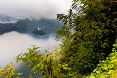 流血的海岛湖美好的秋天视图 库存图片
