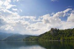流血的湖和城堡 免版税库存照片