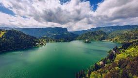 流血的湖 美丽的山流血有小Pilg的湖 库存图片