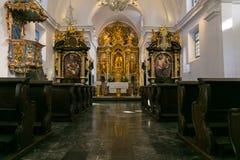 流血,斯洛文尼亚- 9 2 2019年:通告的维也纳方济各会教堂的内部看法-在Bled海岛,斯洛文尼亚上的教会 库存照片