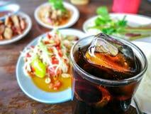 流行水或可乐在玻璃与冰块 免版税库存图片