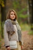 流行的服装的美丽的典雅的女孩秋天季节的 库存图片
