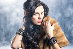 流行的服装的美丽的女孩在冬天 免版税图库摄影