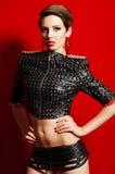 流行的服装的年轻美丽的女孩 免版税库存图片