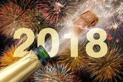 流行的香槟和烟花在除夕2018年 免版税库存照片