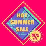 流行粉红夏天销售的折扣标记与薄荷的颜色棕榈叶和提供黄色标签 免版税图库摄影