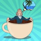 流行艺术放松在咖啡杯和作梦关于热带假期的女商人 工休 库存照片