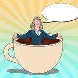 流行艺术放松在咖啡杯的女商人 免版税库存图片