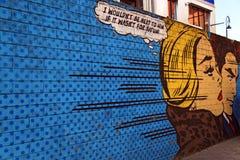 流行艺术街道画妇女和人围住例证 免版税库存照片