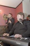 流行音乐小组鸡尾酒的音乐家的表现的一个唤醒的介绍 免版税库存图片