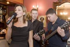 流行音乐小组鸡尾酒的音乐家的表现的一个唤醒的介绍 库存照片