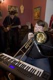 流行音乐小组鸡尾酒的音乐家的表现的一个唤醒的介绍 库存图片