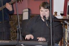 流行音乐小组鸡尾酒的音乐家的表现的一个唤醒的介绍 免版税库存照片