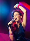 流行音乐明星用被举的手 免版税库存图片
