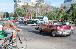 流通在哈瓦那旧城的五十年代的老汽车 免版税库存图片