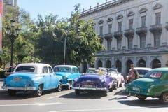 流通在哈瓦那旧城的五十年代的老汽车 免版税库存照片