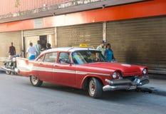 流通在哈瓦那旧城的五十年代的老汽车 库存图片