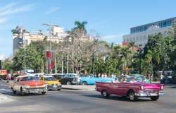 流通在哈瓦那旧城的五十年代的老汽车 图库摄影