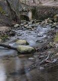 水流量通过曲拱和石头 库存图片