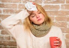 流鼻水和寒冷的其他症状 冷流感解决 补救应该帮助打冷的快速的技巧如何得到赶走 免版税库存照片