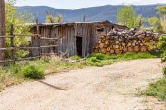 流洒与日志,在新墨西哥,被卷起在山阴影附近 免版税库存图片