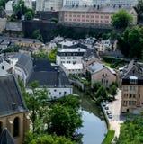 流经城市,阿尔泽特河,卢森堡的河 免版税库存图片