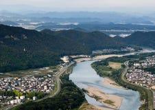 流经岐阜市的Nagara河全景从岐阜城堡的顶端 库存图片