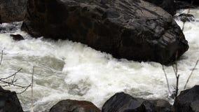 流经岩石山河照相机平底锅的浪端的白色泡沫 股票视频