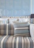 浅兰和浅褐色的镶边沙发设置了与经典蓝色wa 免版税库存图片