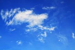 浅兰的天空和白色云彩美丽的阳光太阳 图库摄影
