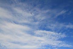浅兰的天空和白色云彩美好的阳光平静的视图 免版税库存图片