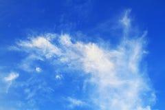 浅兰的天空和白色云彩美好的阳光观看室外 免版税库存照片