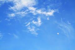 浅兰的室外天空和白色云彩美好的阳光的天 免版税库存照片