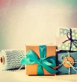浅兰的手工制造礼物盒 免版税库存图片