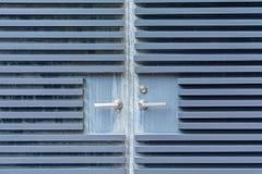 浅兰的老钢门背景和纹理 免版税库存照片