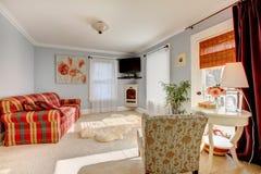 浅兰的舒适家庭娱乐室 库存图片