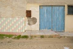 浅兰的被绘的门 库存照片
