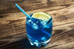 浅兰的酒精饮料库拉索岛利口酒 免版税库存图片