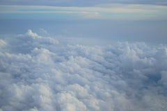 浅兰的颜色天空和浮动白色cloudscape天堂视图树荫从飞机窗口 免版税库存图片