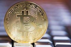 浅景深一个金黄颜色bitcoin特写镜头的在ke的 免版税库存图片