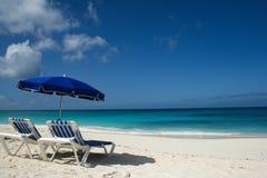 浅滩海湾,安圭拉与一把蓝色伞的海滩天 图库摄影