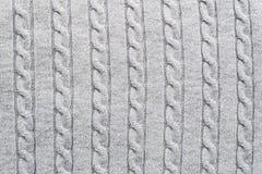 浅灰色的被编织的织品的织地不很细表面与传统辫子样式的设计师的打算 免版税图库摄影