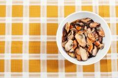 浅特写镜头dof用卤汁泡的淡菜 免版税库存图片