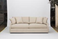 浅粉红色的沙发/沙发床,克里斯汀浅灰色的Loveseat,白色和桃红色枕头有白色背景影像的 免版税图库摄影