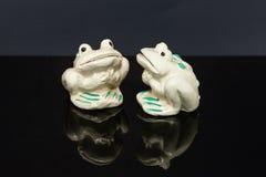 浅绿色的青蛙形状的盐和胡椒罐 免版税图库摄影