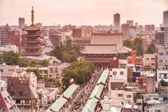 浅草在上面的寺庙视图 公寓结构大厦大厦具体玻璃高日本现代住宅上升钢东京塔耸立 2017年7月18日 免版税图库摄影