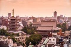 浅草在上面的寺庙视图 公寓结构大厦大厦具体玻璃高日本现代住宅上升钢东京塔耸立 2017年7月18日 免版税库存照片
