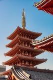 浅草寺庙有其他房檐forground的-东京,日本屋顶遮篷 免版税库存图片