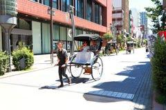 浅草:与游人的人力车服务 免版税库存图片