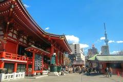 浅草sensoji寺庙和天空树耸立,东京,日本 免版税库存照片